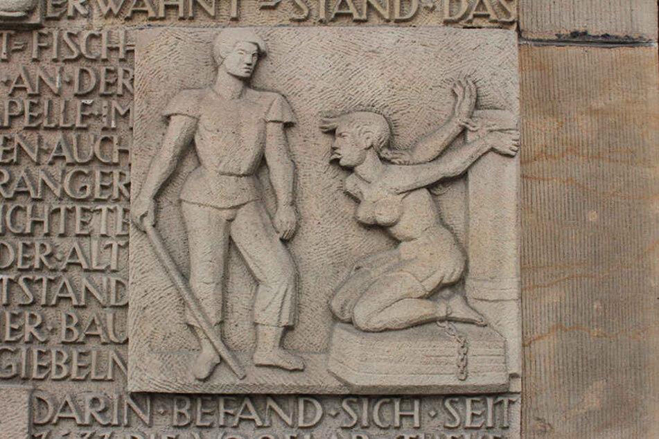 An der Westseite des Altmarkts erinnert ein steinernes Relief an den Pranger,  den es hier einst gab.