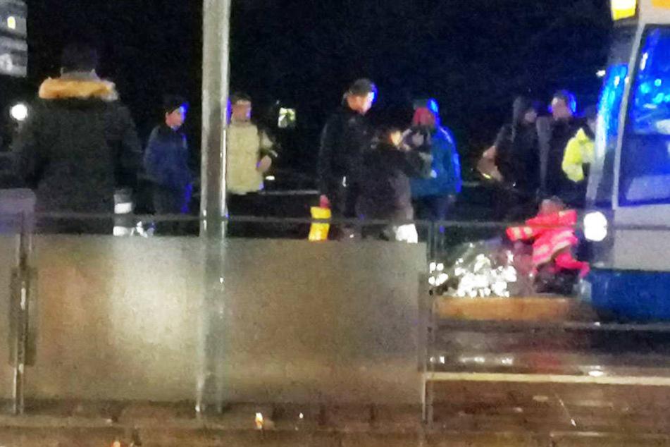 Rettungskräfte versorgten die verletzten Männer auf dem Bahnsteig.