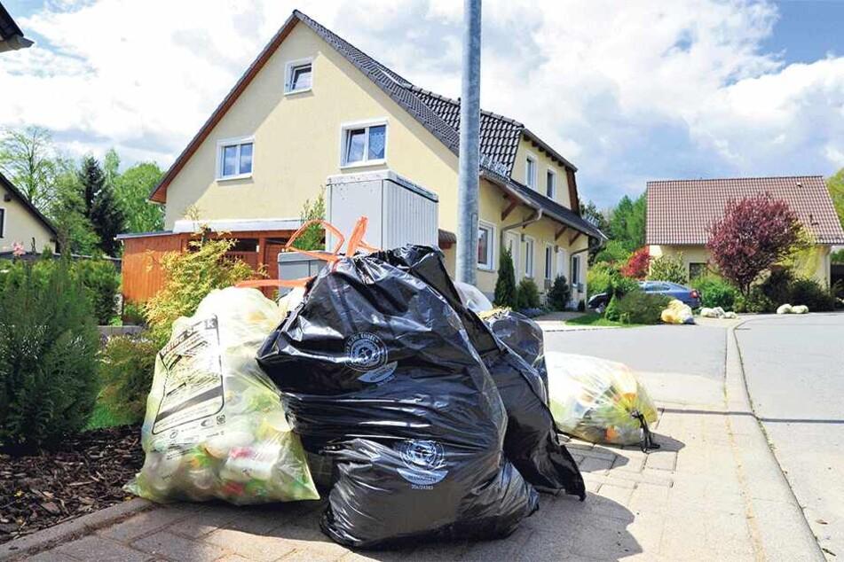 Im Wohngebiet Klaffenbach stapeln sich die Gelben Säcke. Durch den jüngsten Stadtratsbeschluss wird sich daran so schnell nichts ändern.