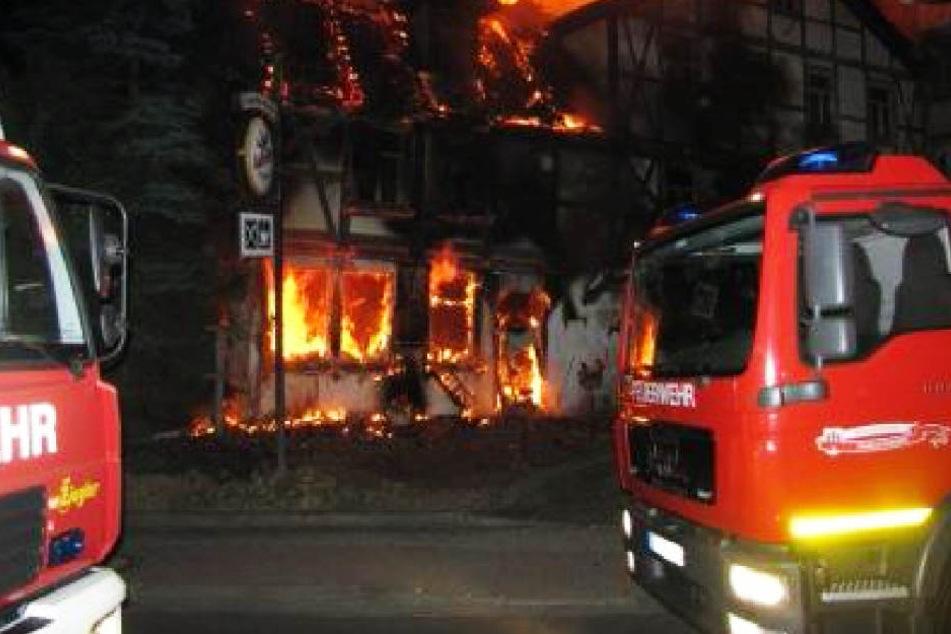 Einsturzgefahr! Gaststätte steht in Flammen