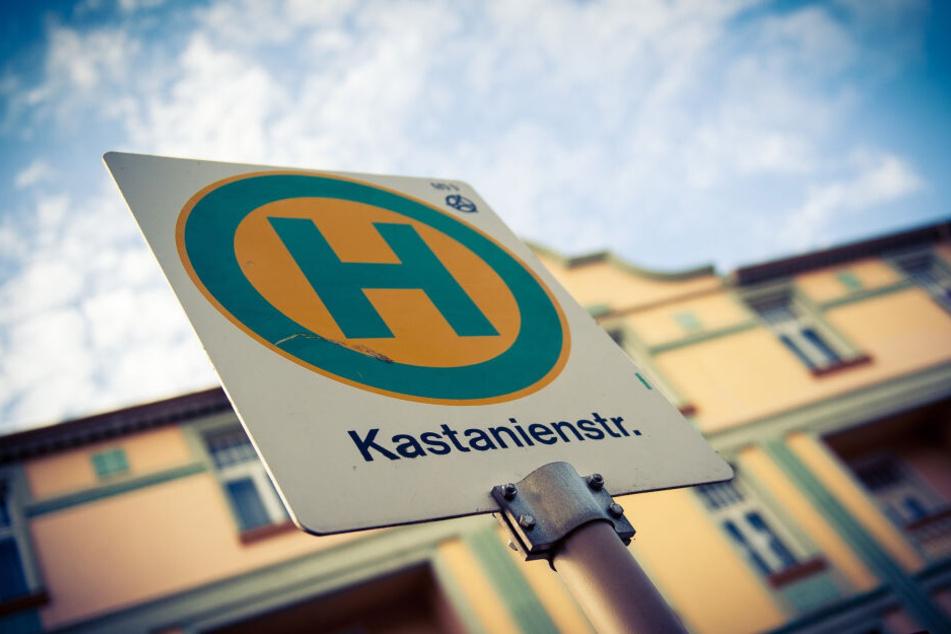 """Schild der Bushaltestelle """"Kastanienstraße"""" in der Außenkulisse auf dem WDR-Gelände in Köln-Bocklemünd."""