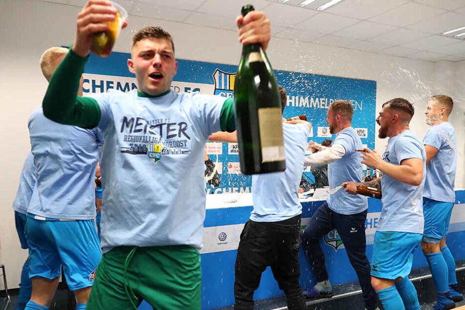 Die Spieler feierten die Regionalliga-Meisterschaft ausgelassen.