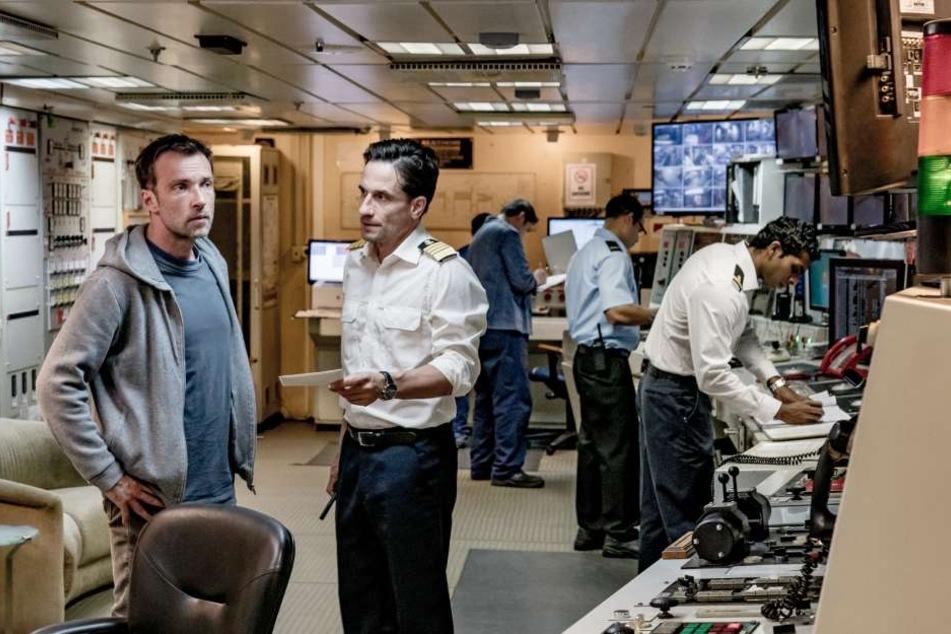 Kapitän Daniel Bonhoeffer (Oliver Mommsen, r.) zeigt Martin Schwarz (Lucas Gregorowicz) einen Zusammenschnitt der Überwachungskamera