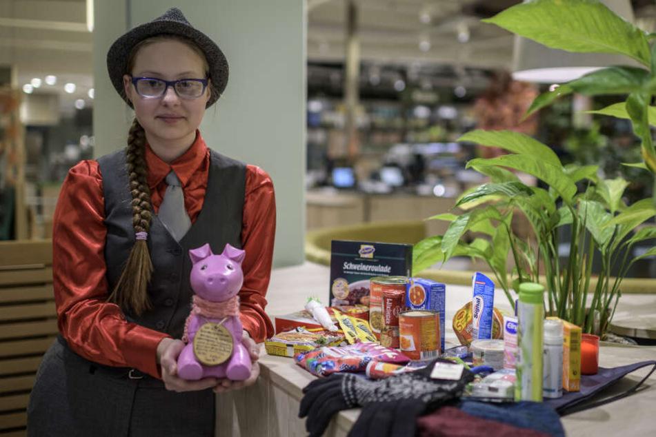 """Janice Schmelzer (15) zeigt einen Weihnachts-Spendenbeutel. Ihr Motto: """"Es gibt viele Gründe, warum jemand auf der Straße landet. Aber es gibt keinen einzigen Grund, ihn nicht wie einen Menschen zu behandeln!"""""""