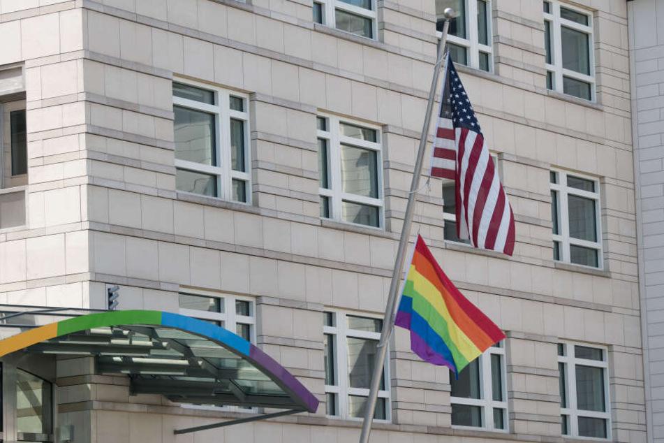 Eine Regenbogenfahne unter der US-Flagge ziert seit Donnerstag die Fahnenstange an der US-Botschaft in Berlin.