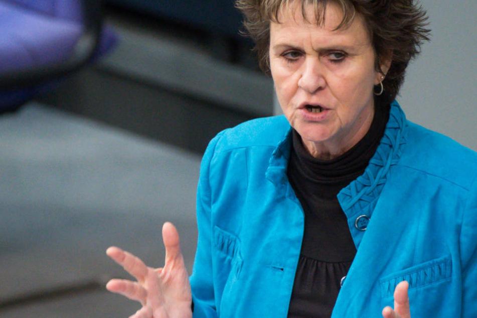 Sabine Zimmermann spricht im Bundestag.
