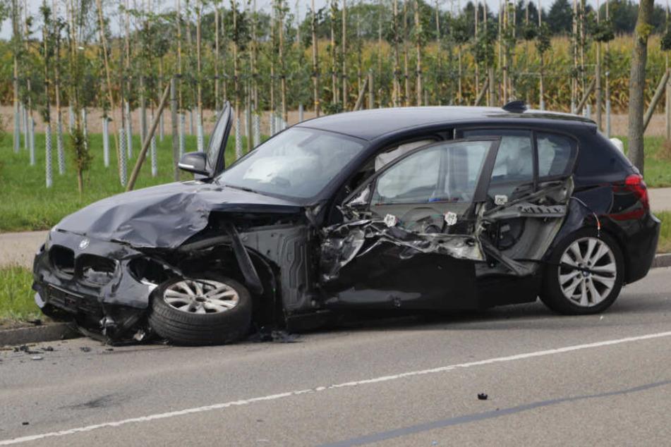 Der mutmaßliche Unfallverursacher und sein Beifahrer kamen mit leichten Verletzungen ins Krankenhaus.