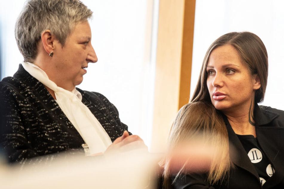 Das Foto zeigt Schwesta Ewa (r.) zusammen mit ihrer Anwältin Anja Dobat im Sitzungssaal im Bundesgerichtshof.