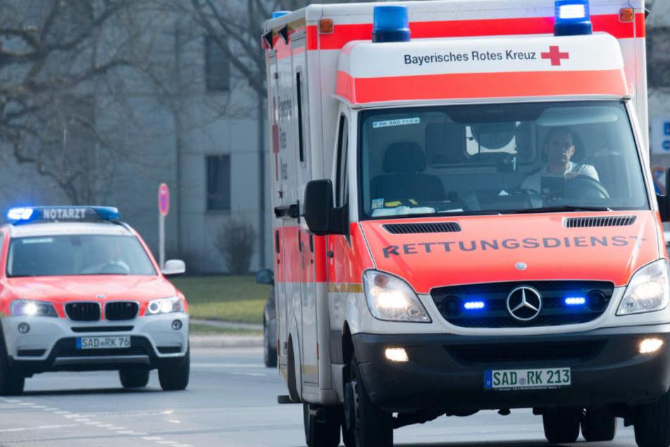 Mitarbeiter des Bayerischen Roten Kreuzes brachten den Jungen in die Klinik. (Symbolbild)