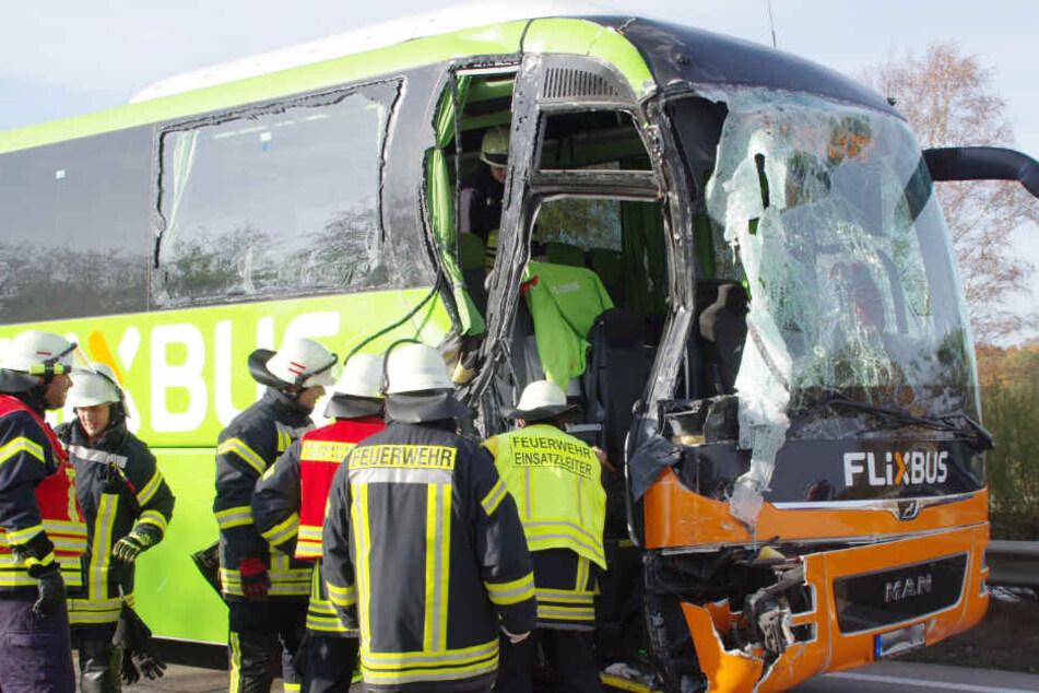 Die Beifahrerseite des Busses ist stark beschädigt.