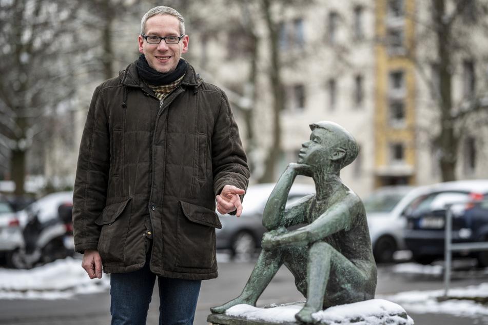 "Sebastian Liebold (38) vom Geschichtsverein hat den ""Sitzenden Jungen"" ins Netz befördert."
