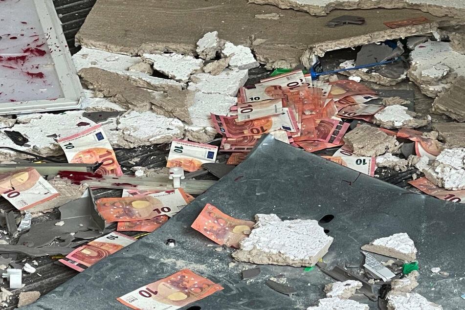 Im Vorraum der Bank liegen nach der Sprengung des Geldautomaten überall 10-Euro-Scheine auf dem Boden herum.