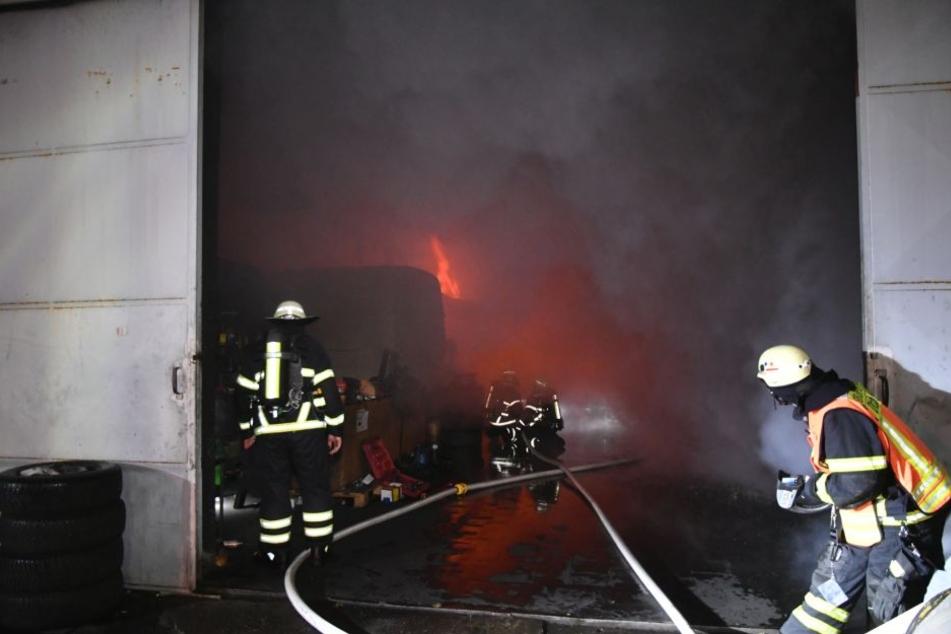Die Feuerwehr bahnt sich ihren Weg in Richtung der Flammen.