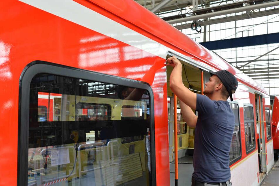 Ein Zugbauer in Hennigsdorf. Das Brandenburger Bombardier-Werk soll für  Bautzen bluten.