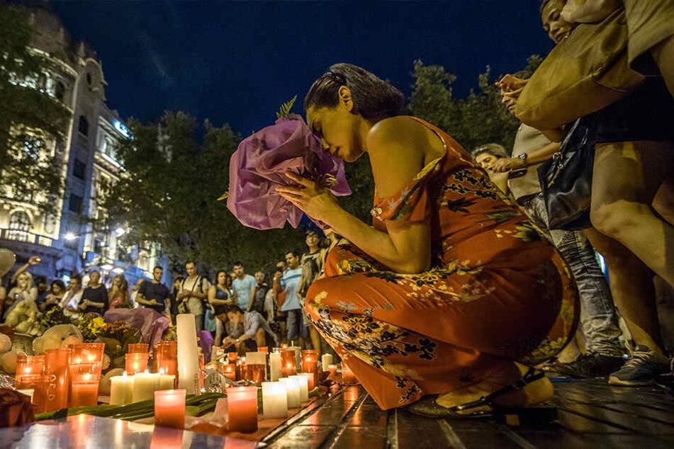 Menschen gedenken am 18.08.2017 in Barcelona den Opfern des Terroranschlags vom 17.08.2017. Bei dem islamistischen Anschlag auf der Promenade wurden mehrere Menschen getötet und viele verletzt.