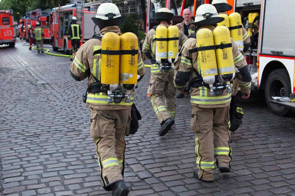Die Feuerwehr musste die völlig hilflosen Menschen aus dem verrauchten Gebäude retten.