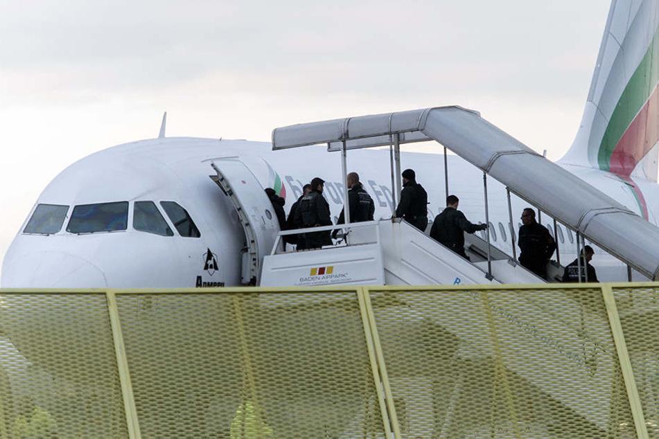 Abgelehnte Asylbewerber aus Afghanistan steigen in ein Flugzeug nach Kabul.