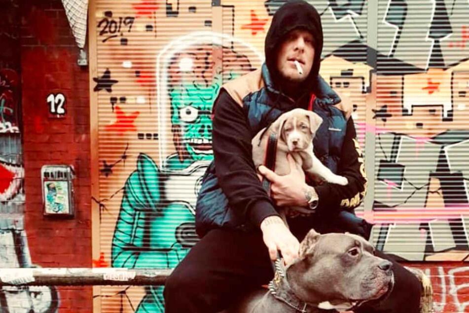Bonez MC hält das neue Mitglied der 187 Strassenbande, einen Welpen, auf dem Arm.