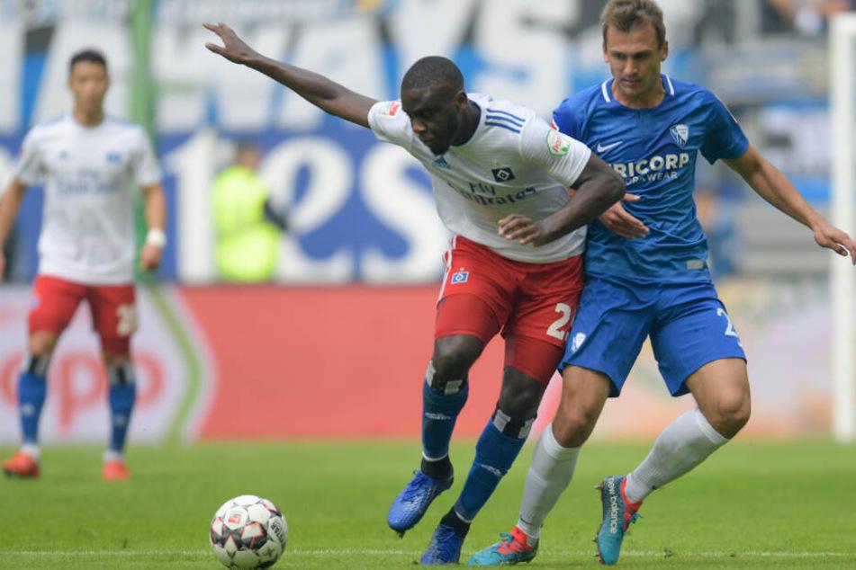 Orel Mangala schirmt den Ball vor seinem Gegenspieler ab. Im Sommer wird er den HSV verlassen.