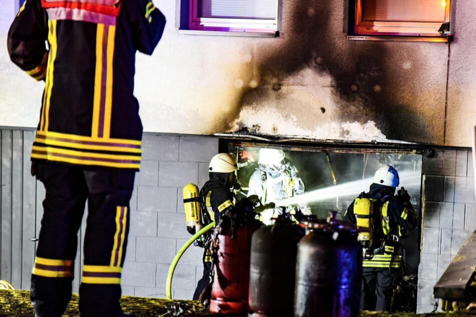 Die Feuerwehr beim Löschen der Garage in Köln-Weiß.
