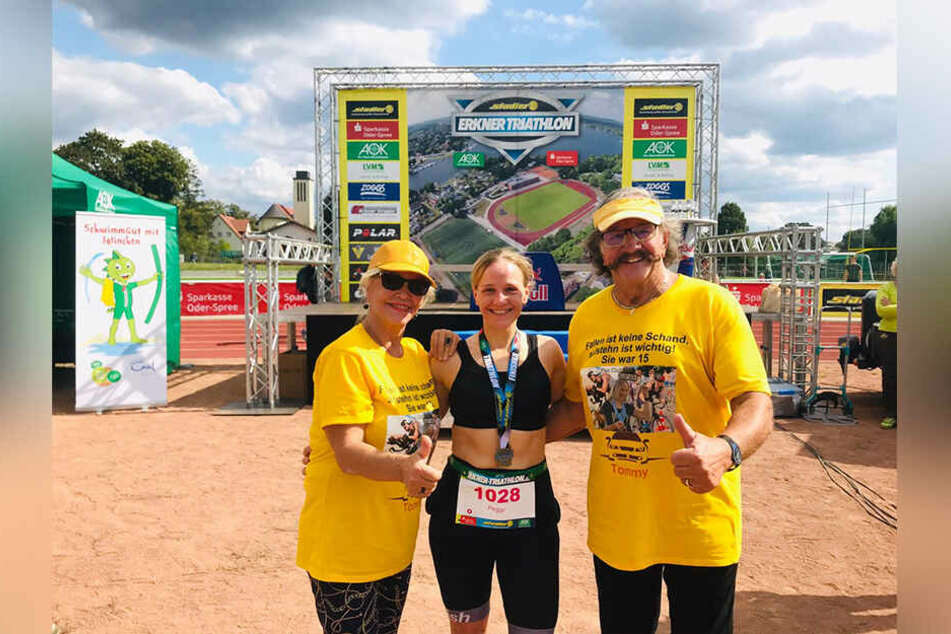 Dorit Gäbler (76) und Karl-Heinz Bellmann (72) feuerten in knallgelben Fan-Trikots ihre Tochter Peggy (33, Mitte) beim Erkner-Triathlon an.