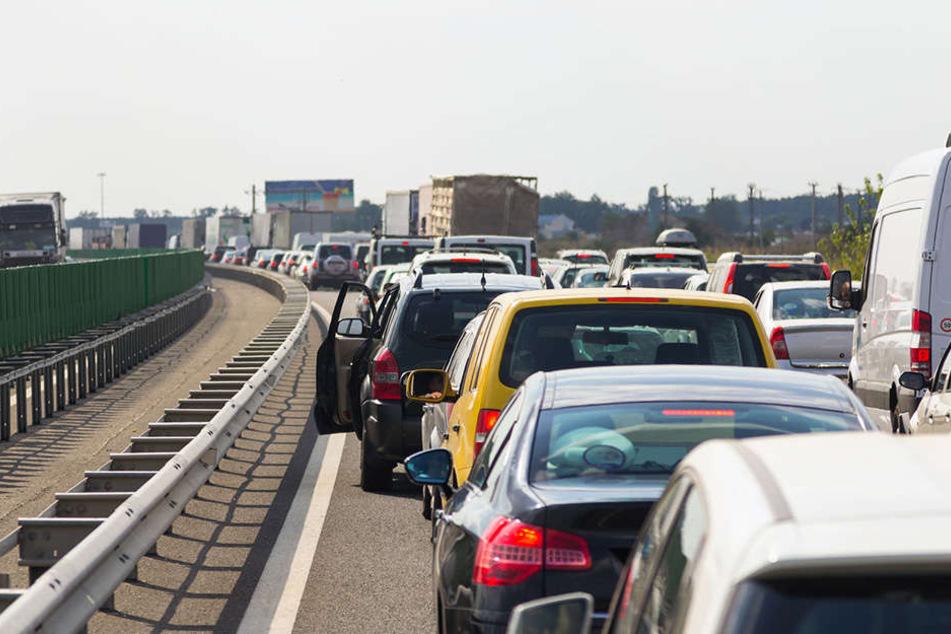 Stau auf der Autobahn: So funktioniert das Reißverschlussverfahren.