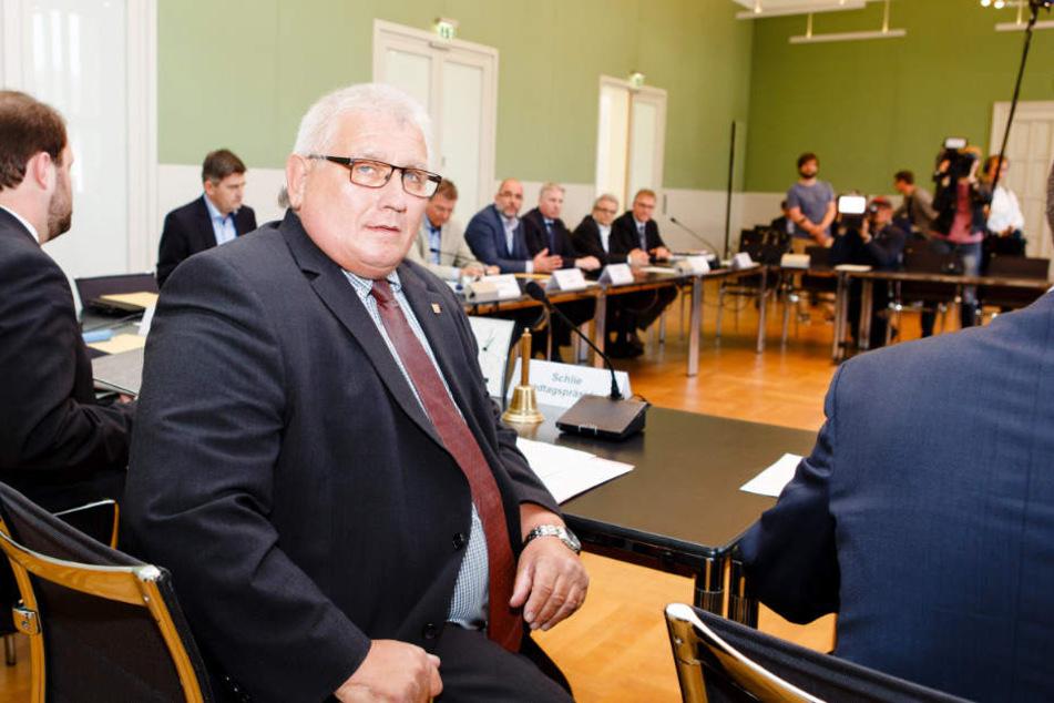 Die erste Sitzung des Rocker-Untersuchungsausschusses wurde vom Präsidenten des Landtags, Klaus Schlie (CDU), geleitet.