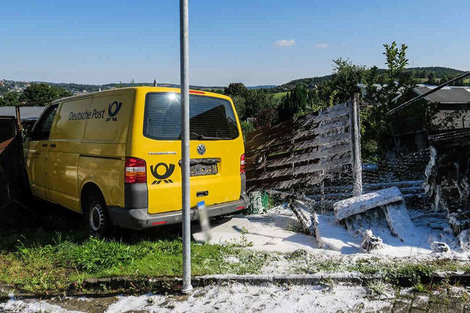 Das Postauto krachte gegen einen Stromkasten und dann in einen Zaun.