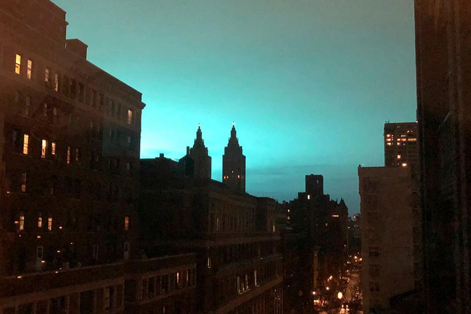 So farbig leuchtet der Nachthimmel über New York für gewöhnlich nicht.