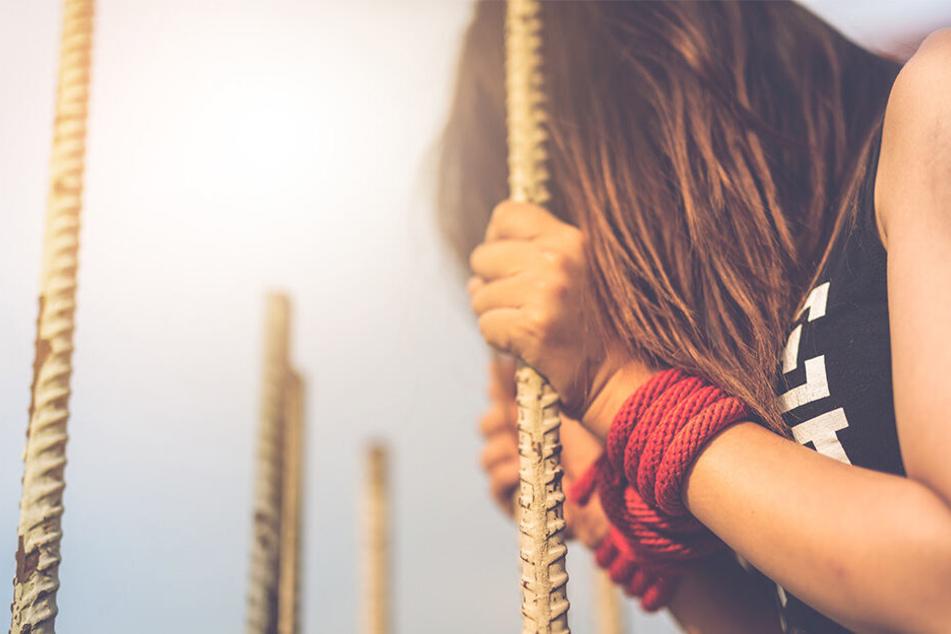Vater vergewaltigt Tochter, weil sie von Onkel entjungfert wurde