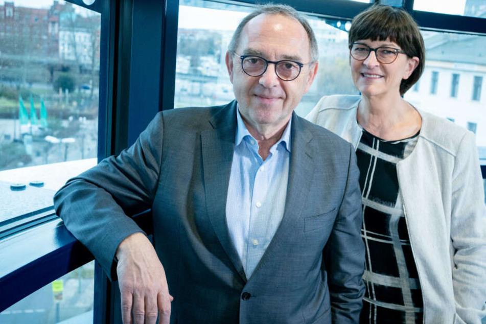 Die Bundesvorsitzenden der SPD Norbert Walter-Borjans und Saskia Esken stehen in ihrem Büro im Willy-Brandt-Haus.