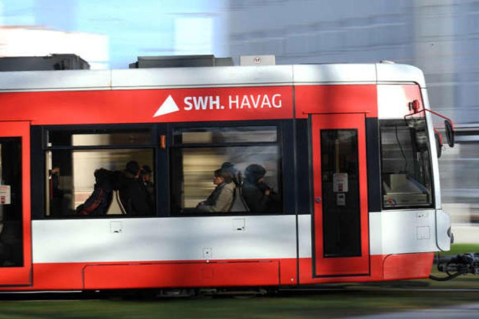 In einer Straßenbahn in Halle (Saale) wurde eine Frau von dem 35-Jährigen bedroht. (Archivbild)