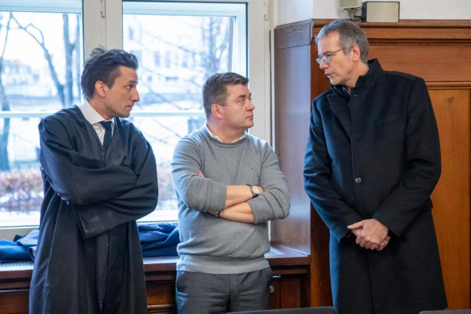 Benjamin Schmitt (l), Rechtsanwalt, unterhält sich vor der Urteilsverkündung im Landgericht Nürnberg-Fürth mit den Vätern der Opfer.