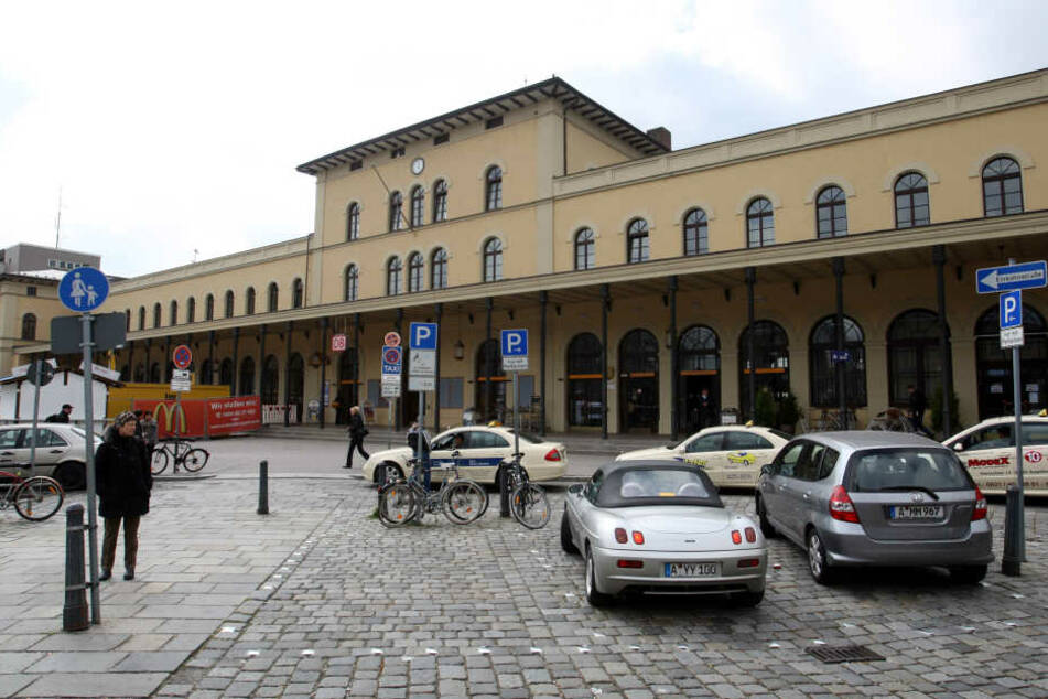 Am Augsburger Bahnhof machte ein Mann den erstaunlichen Fund. (Archivbild)