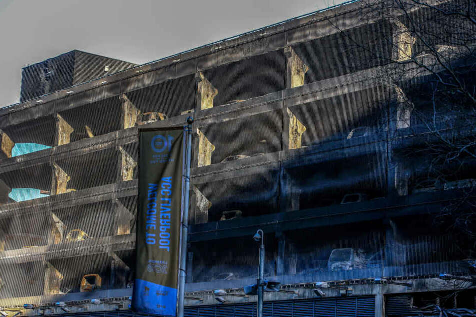 Die Stabilität des Gebäudes ist gefährdet. Der Einsatz kann sich noch lange hinziehen.