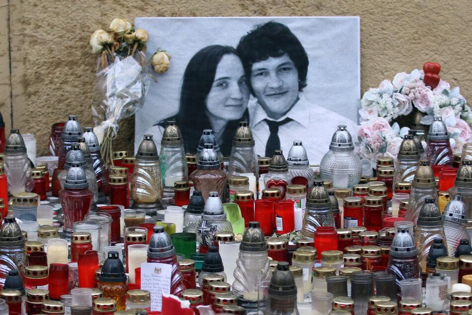 Bratislava, März 2018: Kerzen brennen vor einem Foto des ermordeten Enthüllungsjournalisten Jan Kuciak und seiner Verlobten Martina Kusnirova. Beide wurden am 21. Februar 2018 in ihrem Haus erschossen.