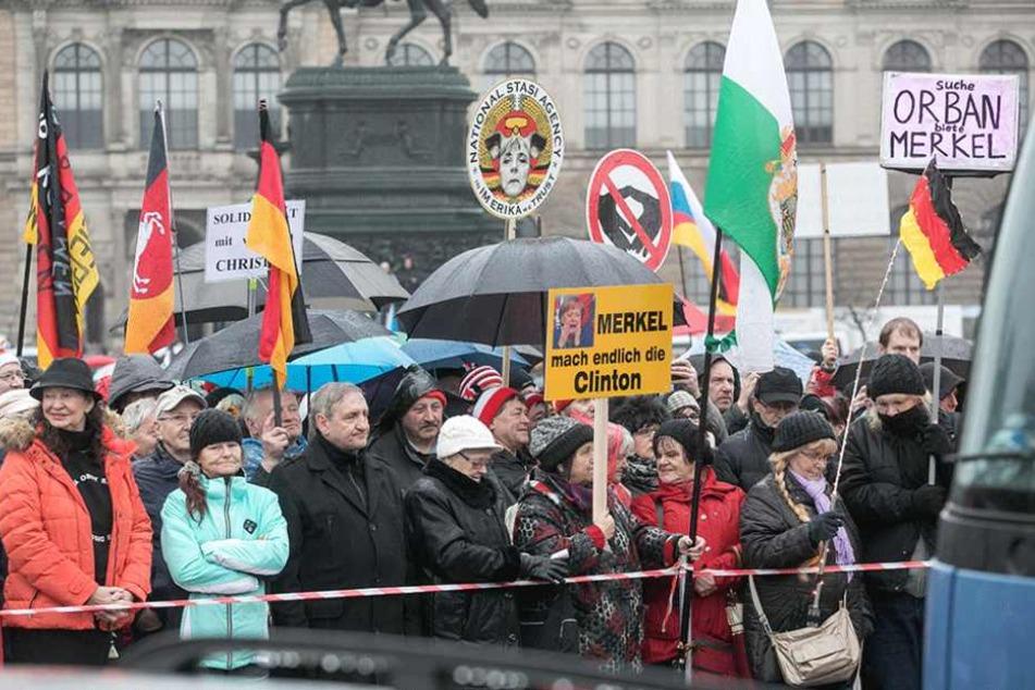 Auf dem Theaterplatz demonstrierten und sangen PEGIDA-Anhänger ihrer Lieder.