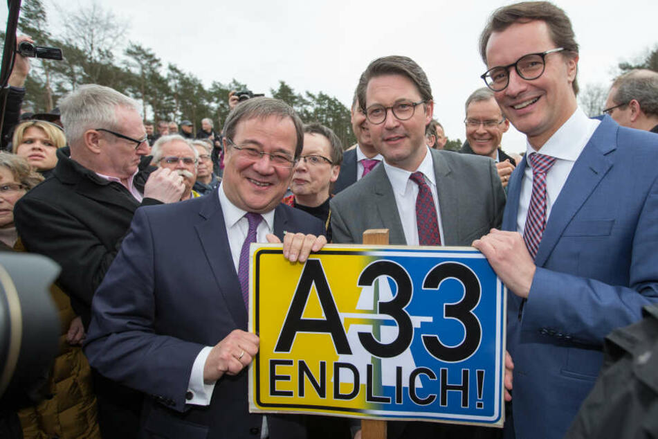 NRW-Ministerpräsident Armin Laschet (CDU), Bundesverkehrsminister Andreas Scheuer (CSU) und NRW-Verkehrsminister Hendrik Wüst (CDU) eröffnen offiziell das Autobahn-Teilstück der A33 zwischen Bielefeld und Steinhagen.