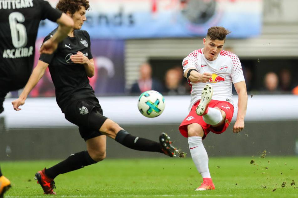 Marcel Sabitzer (r., gegen Benjamin Pavard) setzt zum Schlenzer an: Im Hinspiel gelang ihm mit dem 1:0 der einzige Treffer zwischen RB Leipzig und dem VfB Stuttgart.