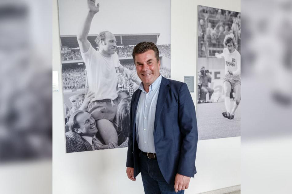 Dieter Hecking, neuer Trainer des Fussball-Bundesliga Zweitligisten HSV, steht nach seiner Vorstellung vor einem Foto des Ex-HSV Spielers Uwe Seeler.
