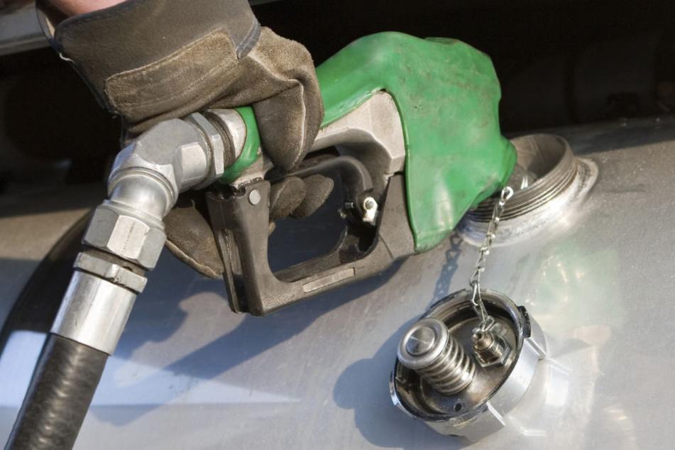 Die Diebe zapften tausende Liter Diesel ab. (Symbolbild)