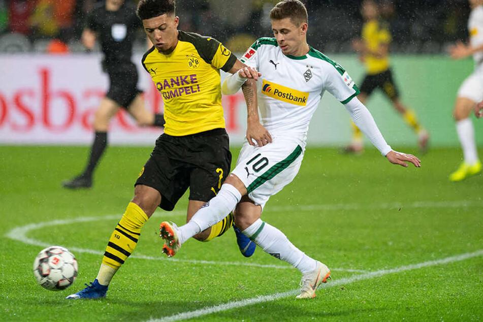 Zum heißen Borussen-Duell kommt es am Mittwoch, den 30. Oktober. Die ARD zeigt das Spiel live. Thorgan Hazard wird diesmal gemeinsam mit Jadon Sancho für die Dortmunder Borussia auflaufen.
