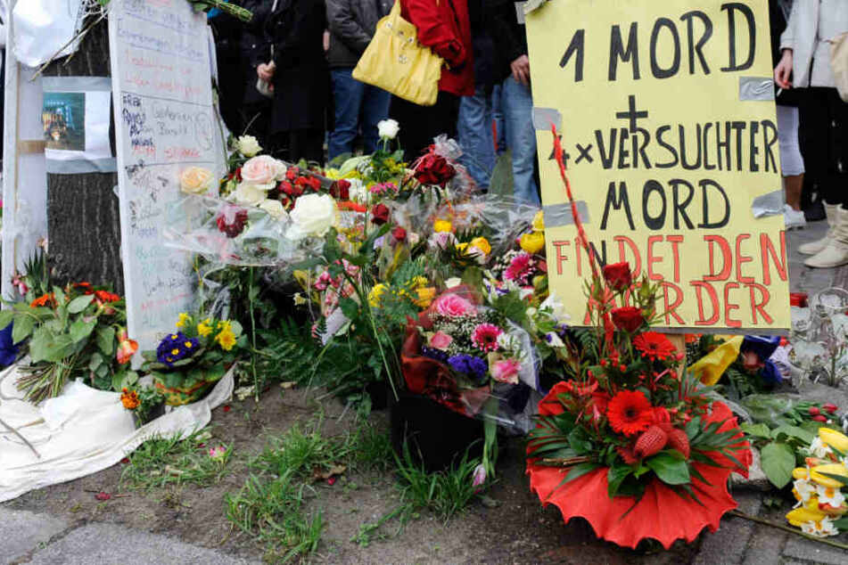 Blumen liegen am im Berliner Stadtteil Neukölln am Tatort einer Schießerei. Hier wurde Burak B. erschossen.