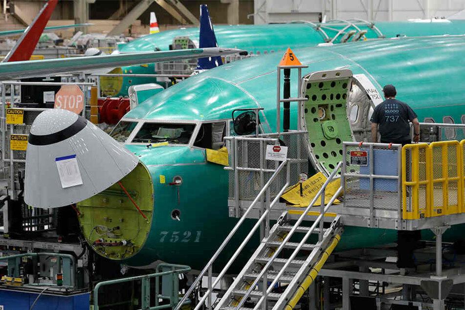 Ein Arbeiter betritt eine Boeing 737 Max 8 in der Montageanlage 737 von Boeing in Renton (USA).