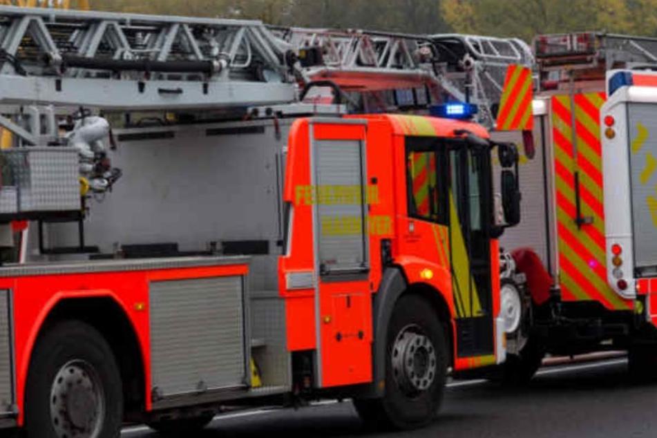 Die Feuerwehr musste den Fahrer aus dem Wagen schneiden. (Symbolbild)