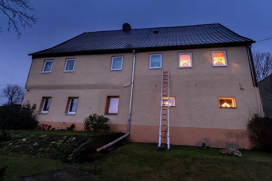 Das Haus wurde mit scharfer Munition beschossen.
