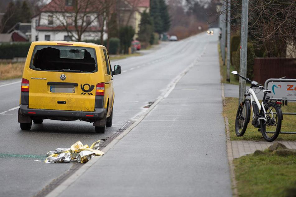 Der Fahrradfahrer durchbrach bei dem Unfall die Scheibe des Postautos.