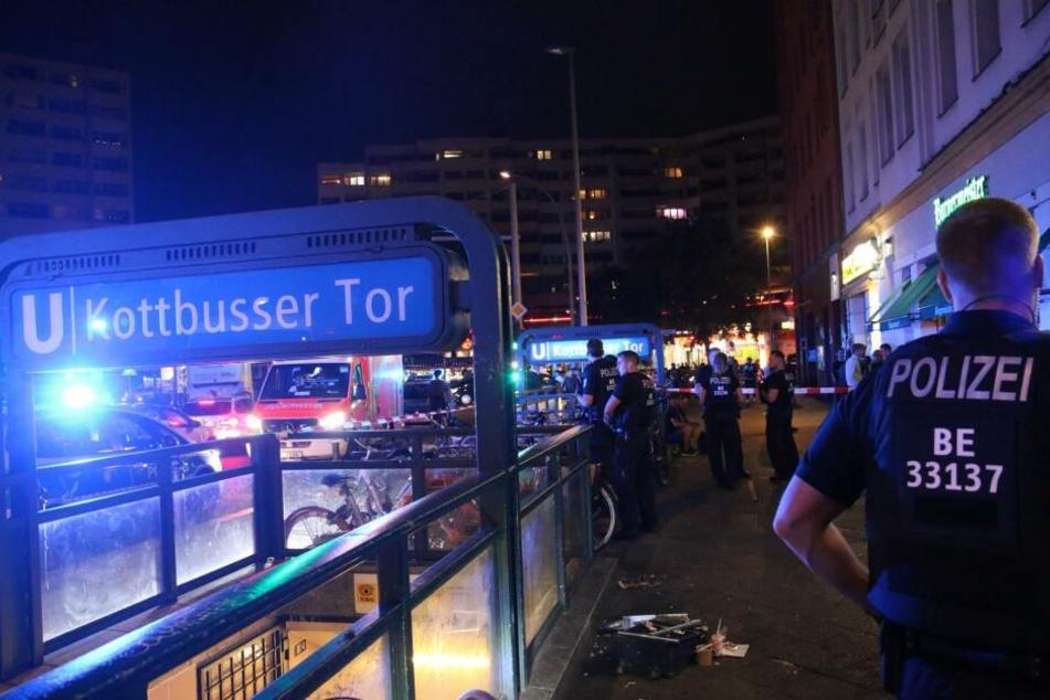 In Berlin-Kreuzberg ist in der Nacht zu Freitag ein Mann blutend zusammengebrochen.