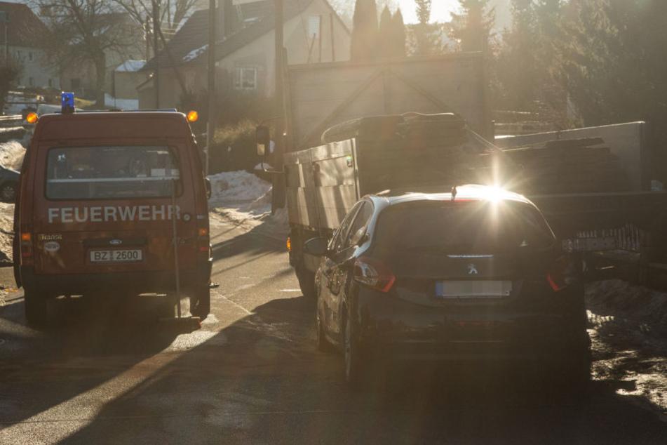 Ungebremst krachte am Mittwochmorgen ein Peugeotfahrer in Bischofswerda gegen einen Lkw. Der Fahrer wurde schwer verletzt.