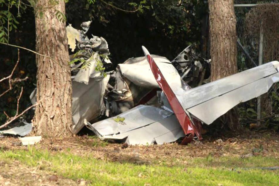 Das Kleinflugzeug stürzte in einem Waldstück ab. Zwei Personen ließen ihr Leben.